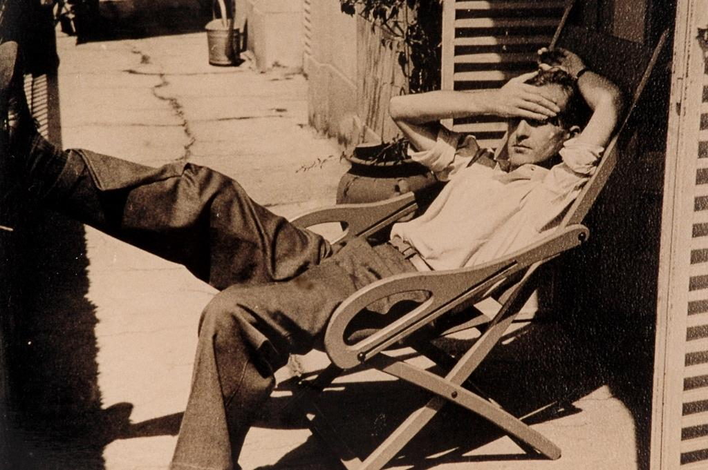 Leloir joven descansa en una reposera. Ca. 1945. LFL-FO-RE.25