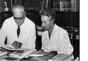 """Fotografía de La Dra. Eugenia Sacerdote junto al Doctor Carlos Ernesto Velasco Suárez, Director del Instituto de Oncología """"Ángel H. Roffo""""."""