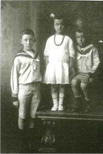 Fotografía de Eugenia Sacerdote junto a sus hermanos Giorgio y Paolo